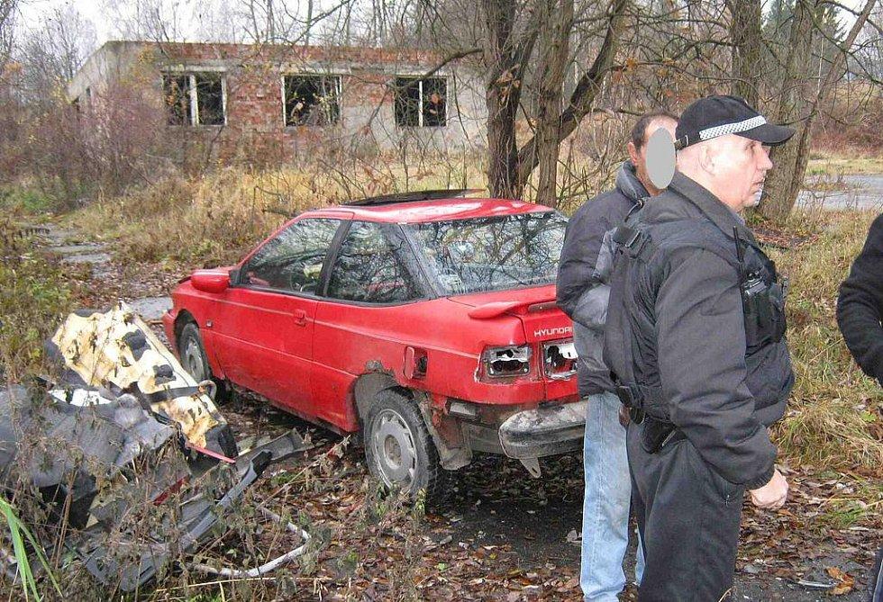 Vrak vozidla trojice obyvatel bruntálské západní zóny podle svých slov nerozebírala, ale naopak opravovala.