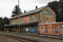 """""""Realizujeme pro vás rekonstrukci osobního nádraží Dětřichov nad Bystřicí,""""  hlásá transparent na fasádě. Opravdu je rekonstrukce totéž, co demolice a novostavba?"""