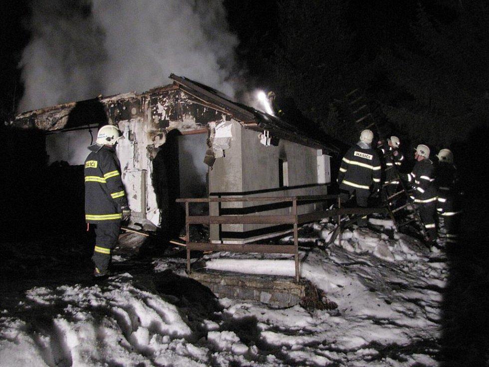 Z chatky u Dolní Moravice, kterou zachvátily plameny, moc nezbylo.