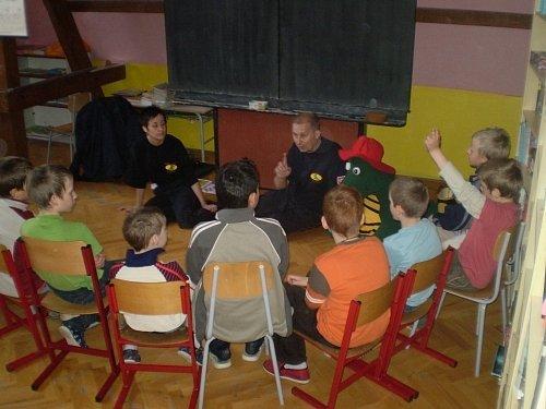 Preventisté navštívili karlovické školáky, které seznámili s požární ochranou včetně praktických ukázek.