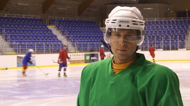 Roman Tichý zastává funkci generálního manažera a rovněž za krnovské mužstvo hraje na postu útočníka.