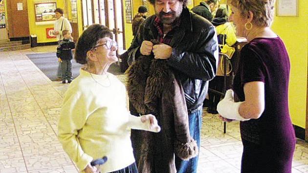 Herečka Anna Vejvodová alias babka Kropáčková z Kameňákova navštívila Krnov před deseti lety u příležitosti Febiofestu. Byla nadšená, že v kině Mír70 není sama, kdo má zrovna ruku v sádře.