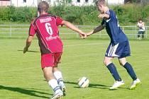 Břidličná podlehla kvůli penaltě. Na snímku se opor a Břidliční,  Kamil Kocúr, snaží obejít s míčem protihráče.