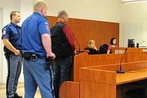 Lupiče Jiřího R. z Nových Heřminov přivezla k bruntálskému soudu ostraha ostravské věznice. Ve vazbě pobývá od loňského 17. listopadu.