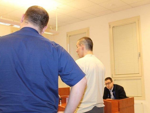 Nemá ještě ani třicet let, u bruntálského soudu stál minulou středu jako obžalovaný po sedmé. Osmý soud čeká Lubomíra L. z Hrabišína 7. května v Jeseníku.