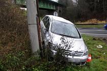 Včera v devět ráno skončil řidič volkswagenu po nezvládnutém smyku v zatáčce v příkopu za mostem v obci Nové Heřminovy.