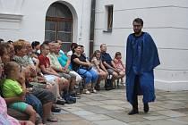 Kočovná divadelní společnost tvořená studenty krnovské pedagogické školy se letos inspirovala národním obrozením. Své představení Bývali Čechové statní jonáci předvedla na linhartovském zámku, ale i v Krnově a v Holasovicích.