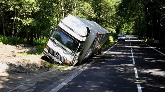 Mezi Rudnou a Vrbnem pod Pradědem polámal sloupek 18. června řidič kamionu Mercedes.
