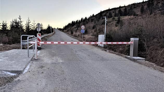 ČEZ řekl stop a uzavřel vjezd k Dlouhým stráním. Březen 2021.