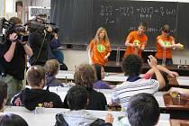 Studenti gymnázia z Petrinu v Bruntále soutěží o třikrát sto tisíc korun. Vzhůru nohama byl Petrin během zápolení studentů šestých ročníků středních škol v televizním klání Za školu!