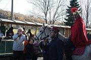 Svatý Martin přijel na bílém koni na nádraží v Třemešné, aby si připil mladým vínem s účastníky podzimní parní jízdy na svatomartinské hody v Bohušově.