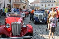Zahraniční vozy i automobily někdejší československé výroby projely Bruntálem a obcemi okolo přehrady Slezská Harta.