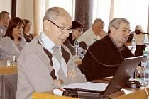 Zastupitelé nebudou zvýhodňovat ze žádných důvodů ty, kteří koupili městský byt a dál jej v ochranné lhůtě prodali. Na snímku vepředu František Struška (ČSSD), vpravo František Cáb (KSČM).