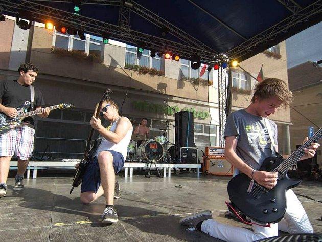 On The Way si v září zahráli během městských slavností ve Vysokém Mýtě. Zleva:  Pepa Sedlák, Marek Pešl, bubeník Štěpán Jelen a Matěj Jelen.