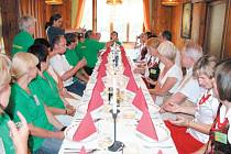 U jednoho stolu. Vlevo členové Spolku Přátelé Vrbenska, vpravo kulinářský spolek Sami Sobie z polské obce Wilamowice Nyskie při Dlouhé noci v Ludvíkově.