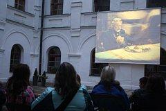 Nádvoří linhartovského zámku se po setmění mění v letní kino. Promítá se tu jako za starých časů z celuloidového filmu.