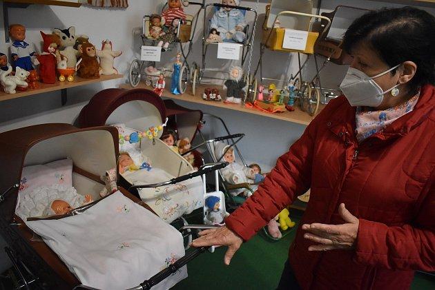 Ludmila Schovajsová vNových Heřminovech provází návštěvníky muzeem hraček a kočárků.
