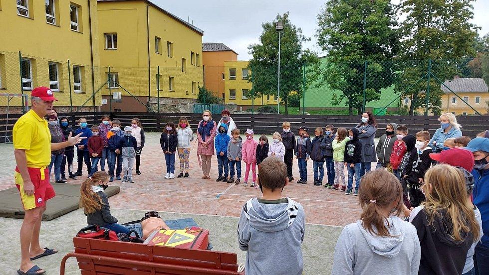 Bruntálští vodní záchranáři připravili ukázku první pomoci pro žáky Základní školy vAndělské Hoře.