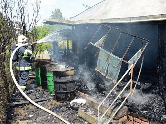 Zásah hasičů u požáru chaty ve Velkých Albrechticích.