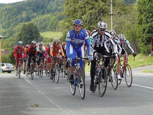 Závodníci museli zdolat kilometrové stoupání.