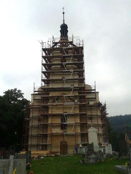 v Zátoře sundávali kostelní věž kvůli rekonstrukci.