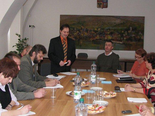 Náměstek hejtmana Jiří Vzientek debatoval se zástupci desíti obcí z Rýmařovska o problematice větrných elektráren a rozvoji cestovního ruchu v Jeseníkách.