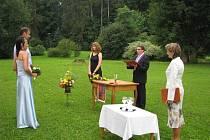 Svatební obřad v romantickém prostředí zámku v Linhartovech si naplánovaly tři páry snoubenců. Novomanželé Veronika a Jan Fischerovi z Opavy si své slavnostní ano řekli v zámeckém parku.