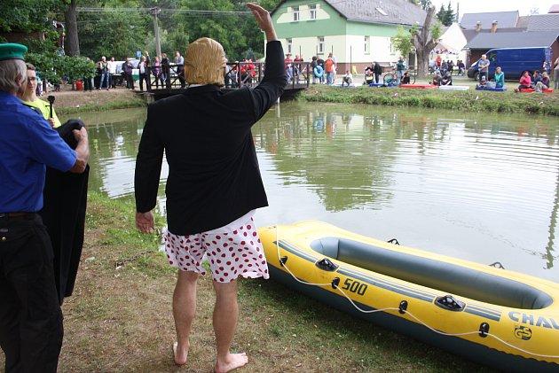 Prezidenský pohár v jízdě na gumovém člunu po rybníce v Bohušově.