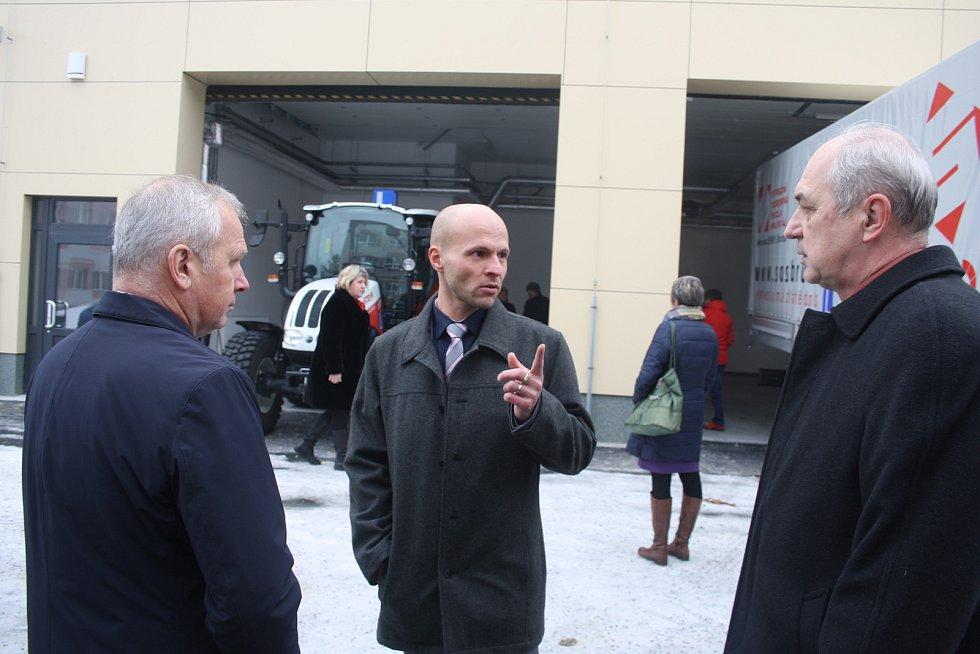 SOŠ Bruntál včera slavnostně představila halu se školními dílnami i traktory a auta, které budou sloužit při výuce.