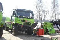 Renovované vozidla pro Rallye Dakar 2012 v bruntálské autodílně soutěžního jezdce Martina Kolomého.