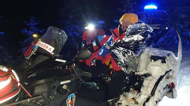 Noční pátrání po sedmdesátiletém skialpinistovi z Polska bylo úspěšné. Našel se v hlubokém sněhu podchlazený, ale živý.