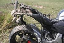 Při projíždění levotočivou zatáčkou dostal řidič motocyklu smyk a následně skončil na přilehlých pastvinách. Řidič byl lehce zraněn.