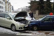 Nepozornost za volantem skončila v Krnově ve čtvrtek odpoledne srážkou. Nehodu zavinil řidič Mazdy, naštěstí si kolize vyžádala jen lehké zranění a poničená auta.