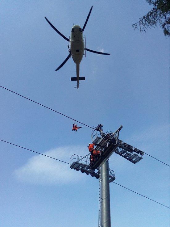VRTULNÍK pomáhal hasičům a záchranářům v Kopřivné při nácviku jak dostat lyžaře z pokažené lanovky na zem. Příští den sice technická závada vyřadila vrtulník z provozu, ale cvičení pokračovalo i bez letecké podpory.