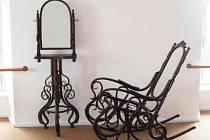 Na zámku v Hradci nad Moravicí lze vidět výstavu ohýbaného historického nábytku z exponátů Muzea nábytku. Nově zde přibyl i půvabný toaletní stolek.
