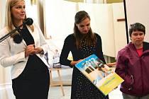 Kalendář I takoví jsme pokřtila v Evangelickém kostele v Krnově Miss České republiky a Evropy Monika Žídková (vlevo).