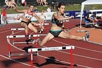 Kamila Němcová ze Zátora patří k našim nejlepším závodnicím na 400 metrů překážek. Po roční pauze, kterou vyplnila studijním pobytem v USA, kde mimo jiné závodila v přespolních bězích, se vrací ke své trati. Chtěla by se podívat na olympiádu do Ria.