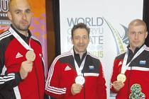 Karatisté z Bruntálu s medailemi ze světového šampionátu. Zleva Lubomír Vaverka, David Dvořák a Michal Hrubý.