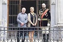 Svatopluk Haugwitz (vpravo) se narodil jako Haužvic. Svůj urozený původ zdůrazňuje nejen tituly hrabě a kníže, ale také uniformou s řády. V Linhartovech se ochotně fotografoval s návštěvníky i s organizátory výstav.