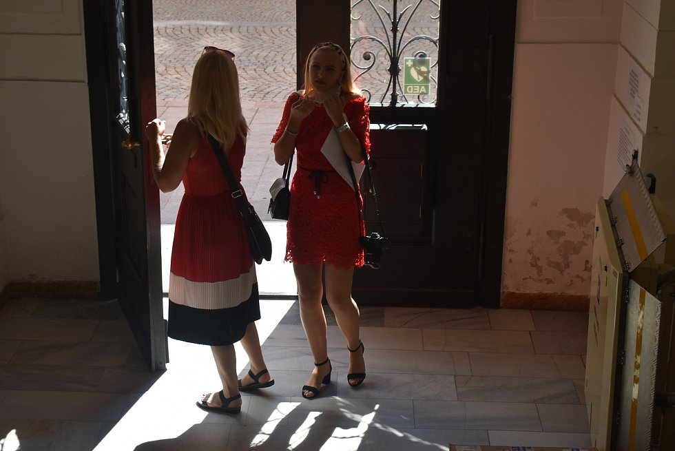 Kateřina Šimonková se zapojila do projektu Počítače dětem.  Společně s ní na krnovské radnici předali počítače dvěma místním rodinám také starosta Tomáš Hradil a místostarosta Pavel Moravec.