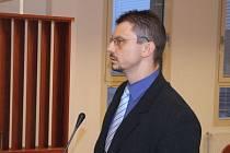 Petr Mora bil svou ženu a odsoudili jej. Nově jej potrestal bruntálský soud za podvod.
