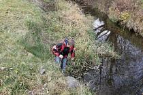 Tomáš Merva při odběru vzorků sedimentů z Poličky. Přírodovědný kroužek při Základní škole v Břidličné má patnáct stálých členů a účastní se mnoha soutěží.