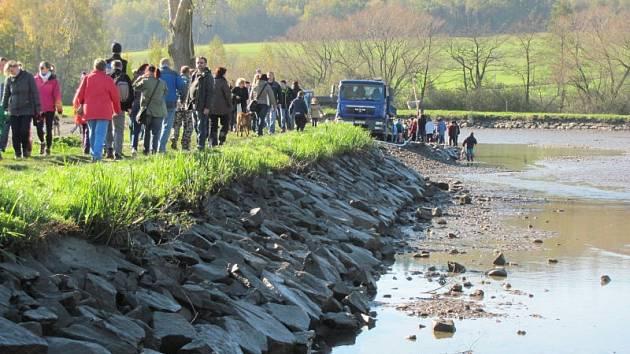 Rybáři z Povodí Odry před příchodem zimy vypustili a vylovili jeden z krnovských rybníků. Pozvali také veřejnost na výlov rybníku Výtažník.