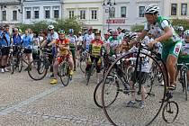 Josef Zimovčák na velkém kole pojede v čele peletonu cyklotour Na kole dětem. Tato charitativní akce začíná v Bruntále, podpořit ji může každý, nejen ti, co se přidají k jízdě.