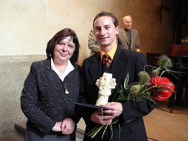 Osobností kultury za rok 2007 se stal Jaromír Fulnek. Na snímku společně se starostkou města Renatou Ramazanovou.