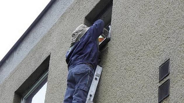 Jednotka dobrovolných hasičů z Města Albrechtic byla povolána na likvidaci vos do bytového domu v Holčovicích.