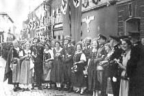 Nadšení němci v říjnu 1938 v očekávání příjezdu Adolfa Hitlera.