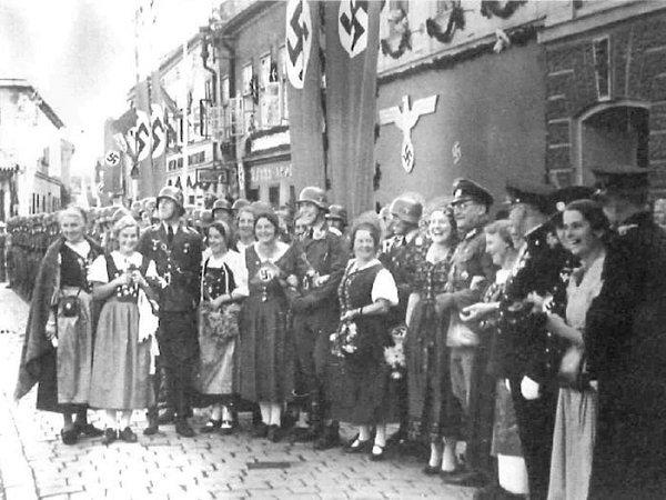Nadšení němci vříjnu 1938vočekávání příjezdu Adolfa Hitlera.