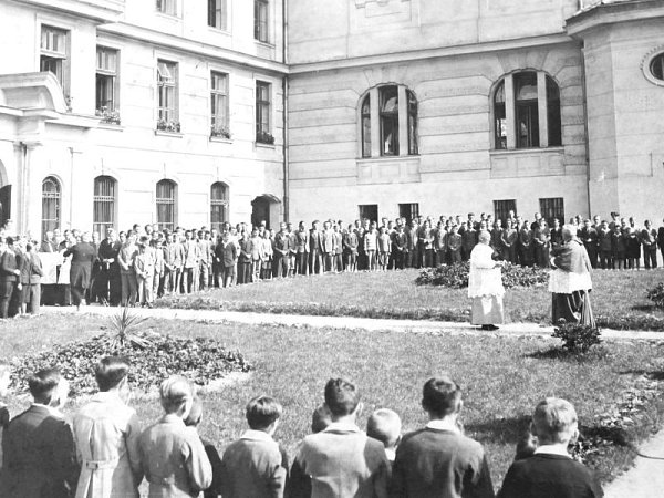 Církevní obřad zroku 1949před budovou bruntálského Petrinu.