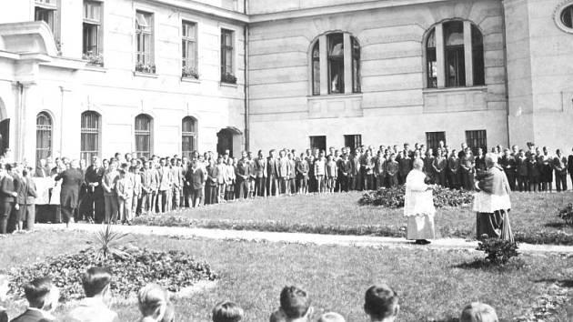 Církevní obřad z roku 1949 před budovou bruntálského Petrinu.